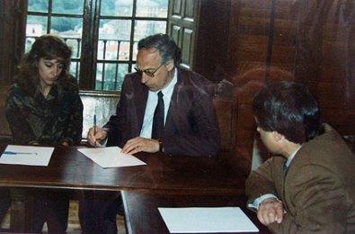 Reidar, explicando al alcalde de Cangas el proyecto