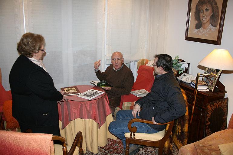 Investigando el camín, en Luarca